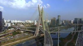 Moderne architectuur Moderne bruggen Het met elkaar verbinden van twee verschillende punten De kabel bleef brug in de wereld, Sao stock video