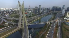 Moderne architectuur Moderne bruggen Het met elkaar verbinden van twee verschillende punten De kabel bleef brug in de wereld, Sao stock videobeelden