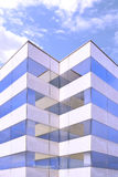 Moderne architectuur De bureaubouw voorgevel met sommige bezinningen over glas en beton Symmetrieachtergrond Stock Afbeeldingen