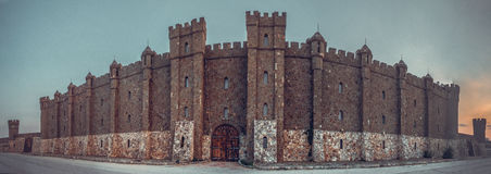 Moderne architectuur in de middeleeuwse Gotische stijl Stock Foto's