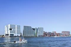 Moderne architectuur dichtbij kanaal in Amsterdam Stock Afbeeldingen