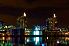 Moderne architectuur en wolkenkrabbers bij nacht Royalty-vrije Stock Foto's
