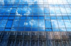 Moderne architectuur met de bezinning van de glashemel Stock Fotografie
