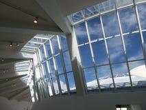 Moderne architectuur met staal en glasdak en vensters Stock Afbeeldingen