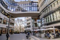 Moderne architectuur met winkels, restaurants en bureaus in Dusseldorf stock fotografie