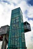 Moderne Architektur - Aufzug des grünen Glases stockbild