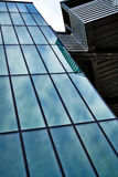 Moderne Architektur - blauer Glasaufzug lizenzfreies stockbild