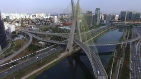 Moderne Architektur Moderne Brücken Verbindung von zwei verschiedenen Punkten Schrägseilbrücke in der Welt, Sao Paulo Brazil stock footage