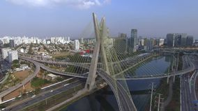 Moderne Architektur Moderne Brücken Verbindung von zwei verschiedenen Punkten Schrägseilbrücke in der Welt, Sao Paulo Brazil stock video