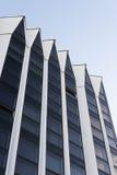 Moderne Architektur der hohen weißen Wand und des dunklen gl stockbilder