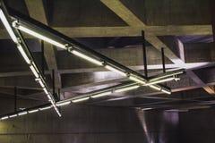 Moderne Architektur führt Struktur-Betonmauer einzeln auf U-Bahn-Linie Budapests M4 lizenzfreie stockfotos