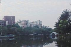 Moderne Architektur, kleine Brücke und flüssiges Wasser, Seen, Ruhe stockbild