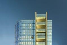 Moderne Architektur mit Reflexion in den Glasfenstern lizenzfreie stockfotos