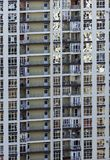 Moderne Architektur mit vielen quadratischen Glasfenstern und Farben auf dem Gebäude Lizenzfreie Stockfotos
