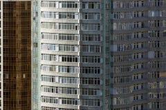 Moderne Architektur mit vielen quadratischen Glasfenstern und Farben auf dem Gebäude Stockfotografie