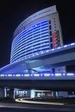 Moderne Architektur nachts, Xiamen, China lizenzfreies stockbild