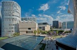Moderne Architektur, Straße, Leute und das Museum Soumaya in Mexiko City Lizenzfreies Stockfoto