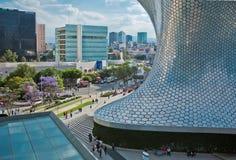 Moderne Architektur, Straße, Leute und das Museum Soumaya in Mexiko City Stockbilder