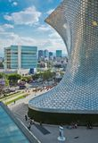 Moderne Architektur, Straße, Leute und das Museum Soumaya in Mexiko City Lizenzfreies Stockbild