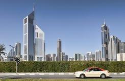 Moderne Architektur von Dubai auf den Hauptstraßen Stockbild