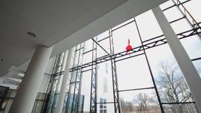 Moderne Architekturdetailglasdecke im Bürogebäude steadicam Schuss stock footage