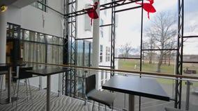 Moderne Architekturdetailglasdecke im Bürogebäude steadicam Schuss stock video