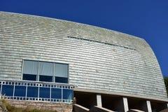Moderne Architekturdetails Schiefer, Stein und Glas Sonniger Tag, starkes Sonnenlicht La Coruna, Spanien lizenzfreies stockfoto