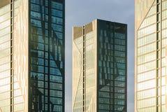 Moderne Architekturfassade mit gelben Fenstern Stockfotografie