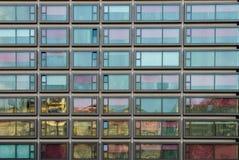 Moderne Architekturfassade mit quadratischen Fenstern Stockbilder