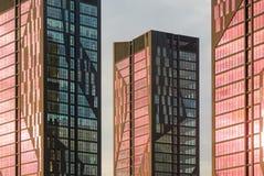 Moderne Architekturfassade mit roten Fenstern Stockbild