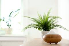 Moderne aromalamp op lijst stock foto