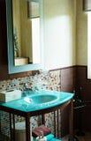 Moderne Art des Badezimmerdetails Stockfotografie