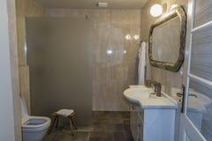 Moderne Art des Hotelbadezimmers im alten Haus lizenzfreie stockfotografie