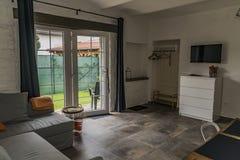 Moderne Art des Hotelschlafzimmers im alten Haus stockfotografie