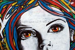 Moderne Art-Graffiti auf Backsteinmauer Stockfotos