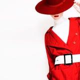 Moderne Art Weinlesedame in einem roten Mantel und in einem Hut stockbild