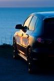 Moderne auto bij zonsondergang Royalty-vrije Stock Foto's