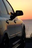 Moderne auto bij zonsondergang stock fotografie