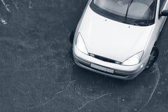 Moderne auto in de regen Stock Afbeeldingen