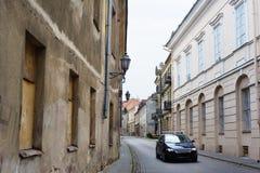 Moderne auto in smalle bedekte straat stock foto