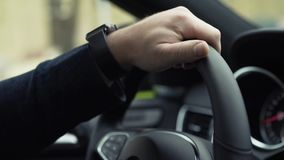 Moderne auto van de zakenman de drijfluxe in de stad voorraad Close-up van zakenman` s hand die een auto drijven stock video