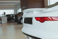 Moderne auto voor verkoop bij het handel drijven royalty-vrije stock afbeeldingen