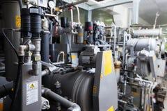Moderne automatisierte Ausrüstung in der Trockenreinigung stockfotografie