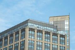 Moderne Büro-Architektur unter blauen Himmeln Stockfoto