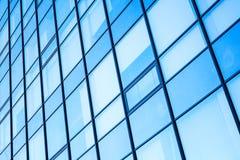 Moderne Bürofassade mit blauem glänzendem Glas Stockfotografie