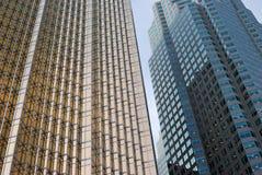 Moderne Bürogebäude des Glases im Gold und im Blau Lizenzfreie Stockfotografie