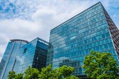 Moderne Bürogebäude in Tokyo - große Architektur - TOKYO, JAPAN - 12. Juni 2018 stockbilder