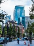 Moderne Bürogebäude an Tokyo-Station - ehrfürchtige Architektur - TOKYO, JAPAN - 19. Juni 2018 stockfotos