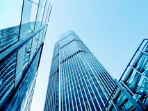 Moderne Bürogebäude von der niedrigen Winkelsicht lizenzfreies stockfoto