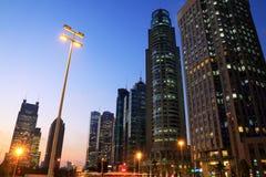 Moderne Bürohaus-Hintergrundnacht in Shanghai Lizenzfreie Stockfotografie